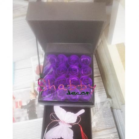 Cutie Cadou cu 16 Trandafiri Sapun Mov si Spatiu Bijuterii