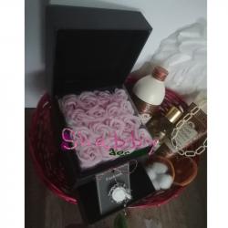 Cos Cadou Dama Cutie 16 Trandafiri Sapun si Set Baie Tesori D'Oriente